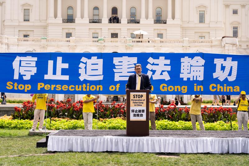 2019年7月18日,全球基督教團結組織東亞組負責人本尼迪克特·羅傑斯(Benedict Rogers)在法輪功反迫害20周年大型集會活動上發言。(戴兵/大紀元)