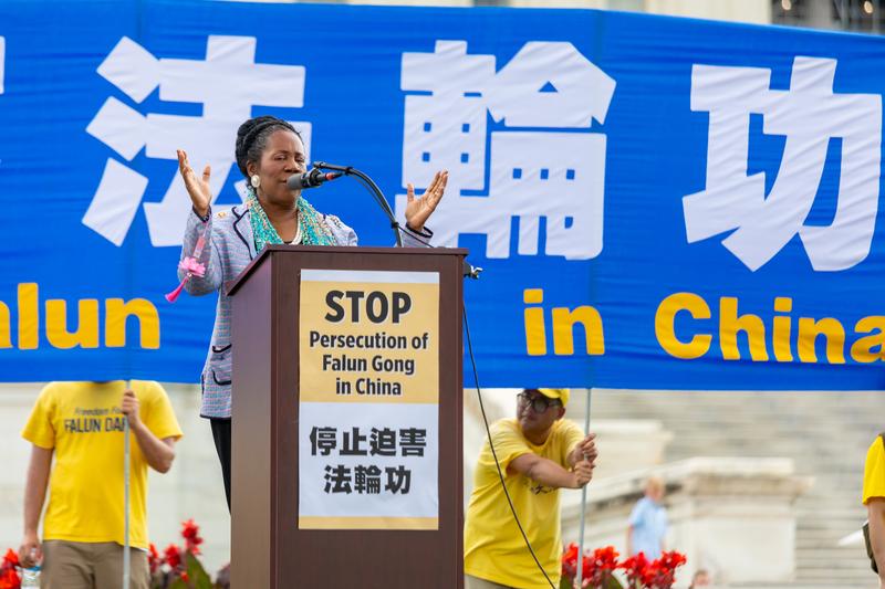 2019年7月18日,美德州聯邦眾議員希拉·傑克遜·李(Sheila Jackson Lee)在法輪功反迫害20周年大型集會活動上發言。(Mark Zou/大紀元)