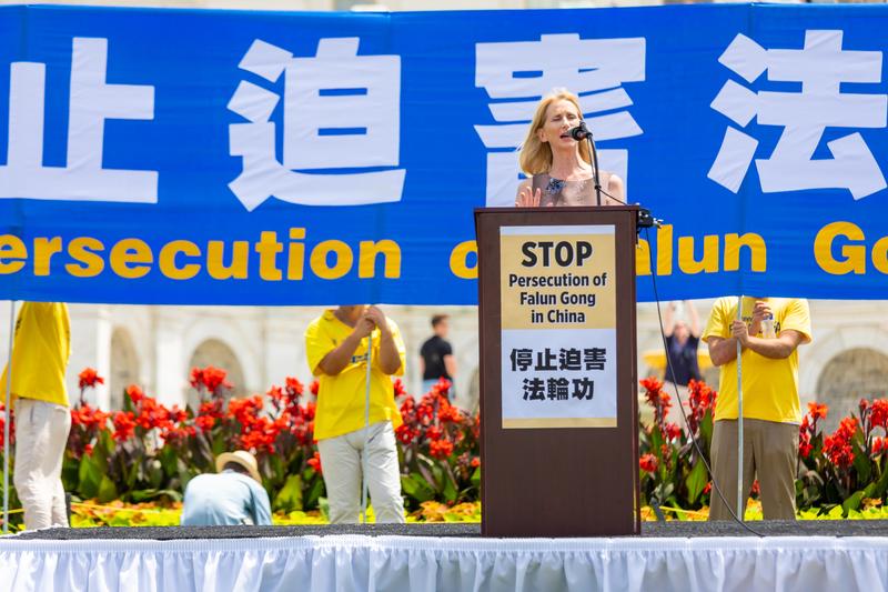 「美國基督教自由組織」主席溫蒂·萊特(Wendy Wright)在停止7‧20迫害法輪功集會上發表演講。(Mark Zou/大紀元)