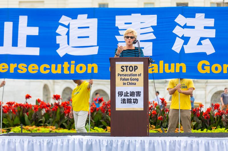 2019年7月18日,「美國國際宗教自由委員會」副主席蓋爾·曼欽(Gayle Manchin)在法輪功反迫害20周年大型集會活動上發言。(Mark Zou/大紀元)