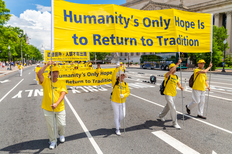 2019年7月18日,近二千名法輪功學員聚集在華盛頓DC舉行法輪功反迫害20周年大遊行。圖為法輪功學員以橫幅告訴世人「Humanity』s Only Hope is to Return to Tradition 回歸傳統是人唯一的希望」。(Mark Zou/大紀元)