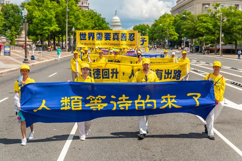 2019年7月18日,近二千名法輪功學員聚集在華盛頓DC舉行法輪功反迫害20周年大遊行。圖為法輪功學員以橫幅告訴世人「人類等待的來了」。(Mark Zou/大紀元)