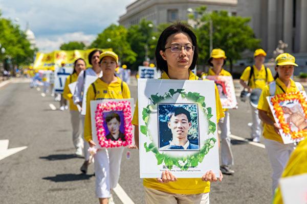 2019年7月18日,近二千名法輪功學員在華盛頓DC舉行法輪功反迫害20周年大遊行。圖為法輪功學員持被迫害致死學員的遺像表達悼念。(Mark Zou/大紀元)