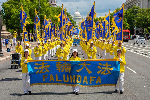 2019年7月18日,近二千名法輪功學員在華盛頓DC舉行反迫害20周年大遊行。圖為法輪大法豎旗隊伍。(Mark Zou/大紀元)