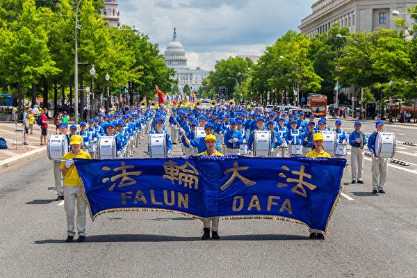 2019年7月18日,近二千名法輪功學員在華盛頓DC舉行反迫害20周年大遊行。圖為遊行隊伍的前導天國樂團。(Mark Zou/大紀元)
