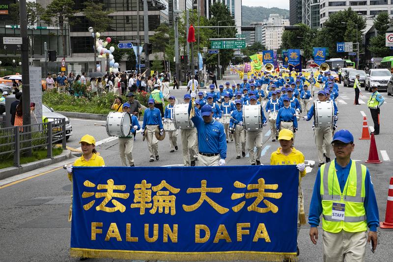 2019年7月20日,南韓法輪功學員在首爾舉行反迫害20周年遊行,傳播法輪功真相呼籲中共停止迫害。圖為隊伍的前導天國樂團。(全景林/大紀元)