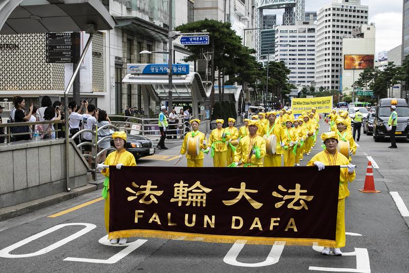 2019年7月20日,南韓法輪功學員在首爾舉行反迫害20年遊行,傳播法輪功真相呼籲中共停止迫害,許多民眾駐足觀看。圖為法輪功學員組成的腰鼓隊。(全景林/大紀元)