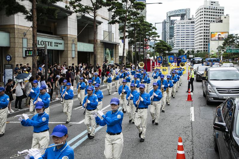 2019年7月20日,南韓法輪功學員在首爾舉行反迫害20年遊行,傳播法輪功真相呼籲中共停止迫害。圖為隊伍的前導天國樂團。(全景林/大紀元)