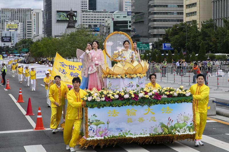 2019年7月20日,南韓法輪功學員在首爾舉行反迫害20年遊行,傳播法輪功真相呼籲中共停止迫害。圖為法輪大法花車。(全景林/大紀元)