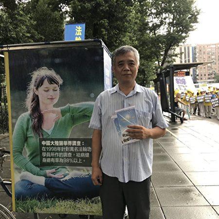 林耀金2008年開始修煉法輪功,10年來持續在國父紀念館前,向民眾傳遞法輪功真相。(張原彰/大紀元)