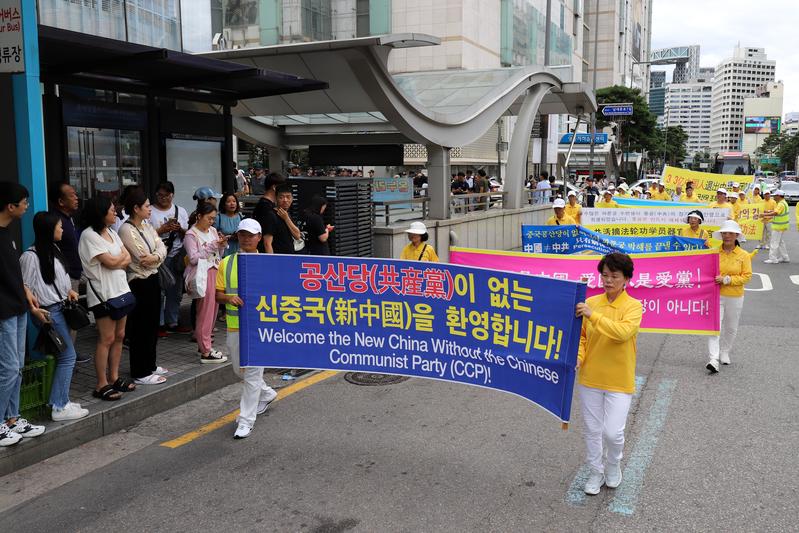 2019年7月20日,南韓法輪功學員在首爾舉行反迫害20年遊行,傳播法輪功真相呼籲中共停止迫害。圖為法輪功學員持「沒有共產黨才有新中國」的橫幅聲援中國人退黨。(金國煥)
