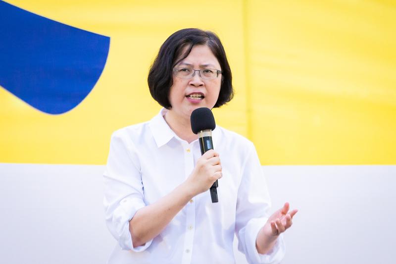 台灣北部部份法輪功學員7月20日晚間,在台北市民廣場舉行反迫害20周年記者會暨燭光悼念會。圖為台灣法輪功人權律師團發言人朱婉琪出席發言。(陳柏州/大紀元)