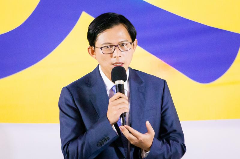 台灣北部部份法輪功學員7月20日晚間,在台北市民廣場舉行反迫害20周年記者會暨燭光悼念會。圖為時代力量立法委員黃國昌出席發言。(陳柏州/大紀元)