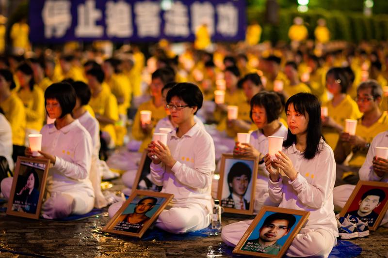 台灣北部部分法輪功學員7月20日晚間,在台北市民廣場舉行反迫害20週年燭光悼念會。(陳柏州/大紀元)