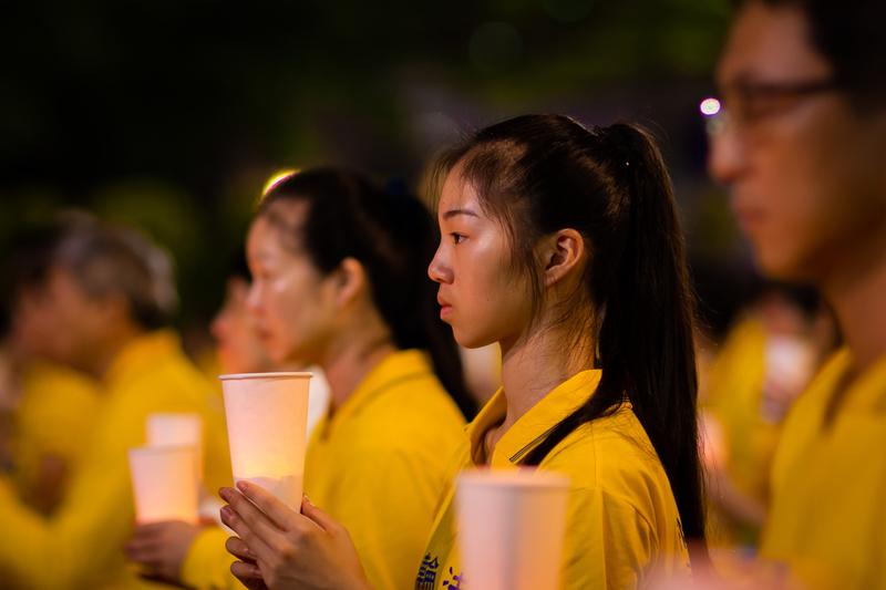 台灣北部部份法輪功學員7月20日晚間,在台北市民廣場舉行反迫害20周年燭光悼念會。(陳柏州/大紀元)
