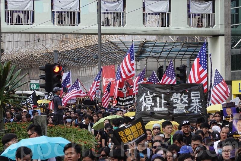 7月21日,港人再次打出「停止警暴」的橫幅。(余鋼/大紀元)