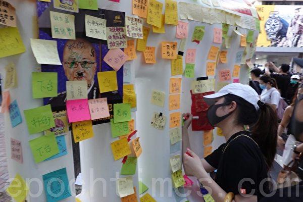 組圖3:香港警總外的「水馬」連儂牆