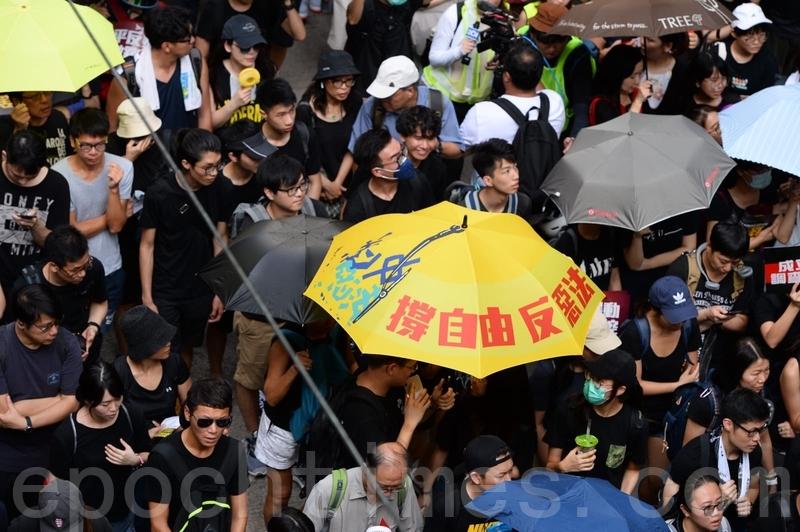 美國國會眾議院前議長、歷史學博士金里奇(Newt Gingrich)發表評論文章說,過去兩個月,全世界都看到香港人勇敢地面對日益嚴重的極權主義威脅。圖為2019年7月21日,香港,民陣發起的反送中遊行隊伍中,有市民打開寫有「撐自由」的黃雨傘。(宋碧龍/大紀元)