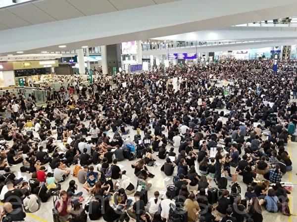2019年7月26日,香港一群航空界職員在香港機場的接機大廳舉行集會抗議,抗議警方對反修例示威者採取不恰當暴力行為,以及政府和警方無視元朗有不法之徒隨機襲擊市民事件。(宋碧龍/大紀元)