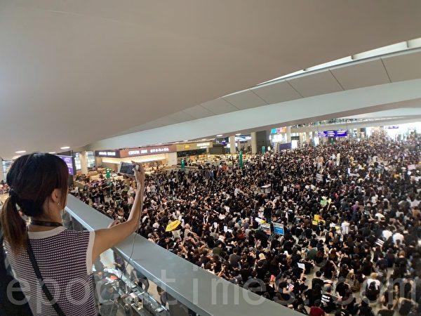2019年7月26日,香港一群航空界職員在香港機場的接機大廳舉行集會抗議,抗議警方對反修例示威者採取不恰當暴力行為,以及政府和警方無視元朗有不法之徒隨機襲擊市民事件。(李逸/大紀元)