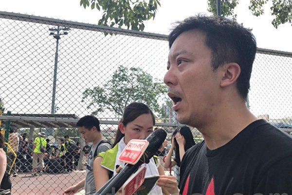 """港民元朗齐""""逛街"""" 抗议警察黑帮勾结"""
