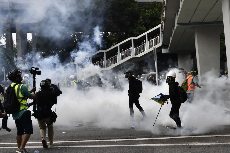 2019年7月27日,港警在元朗區對反黑遊行民眾施放催淚彈。(ANTHONY WALLACE/AFP/Getty Images)