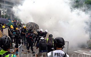 組圖5:元朗警方施放催淚彈驅散人群