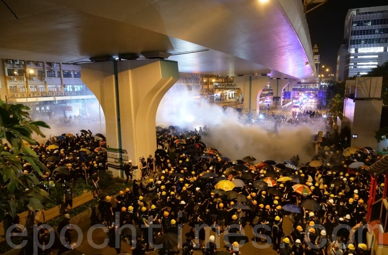2019年7月27日,元朗大遊行,下午5點後,警民對峙,警方施放催淚彈驅散人群。(龐大衛/大紀元)