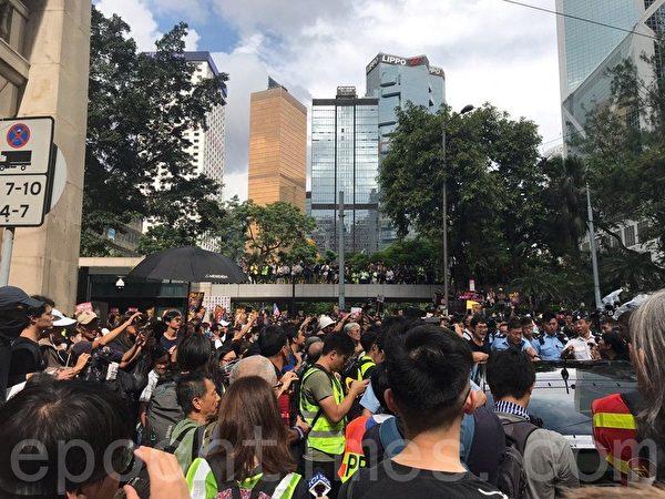 7月28日,大量遊行人士離開遮打花園,走出金鐘道。(林怡/大紀元)