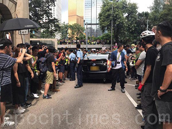 7月28日,一輛黑色私家車在終審法院外被市民包圍,現場消息指市民發現車上有警員,其後私家車由警察護送離開。(林怡/大紀元)