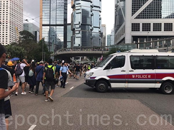 7月28日,大量市民尾隨車輛衝出馬路。(林怡/大紀元)