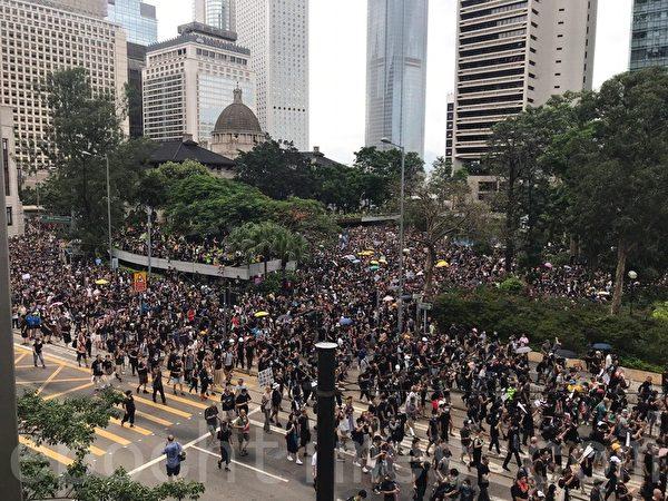 7月28日,大量遊行人士離開遮打花園,走出金鐘道,向金鐘方向前進。(林怡/大紀元)