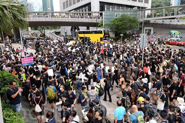 7月28日,遊行隊伍經過長江集團中心,往金鐘邊向前進。(宋碧龍/大紀元)