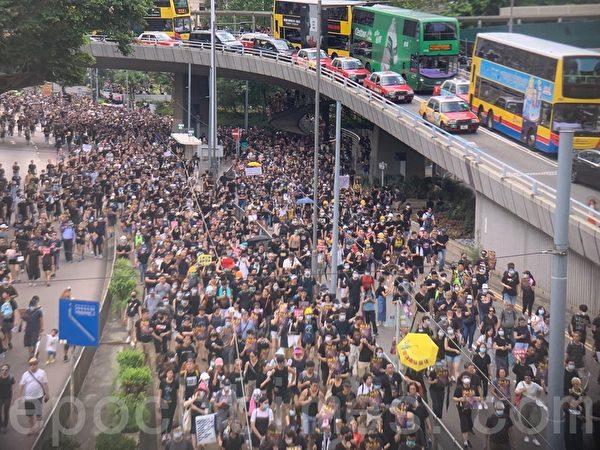 7月28日,大量市民走出德輔道中,沿金鐘道向灣仔方向進發。(李逸/大紀元)