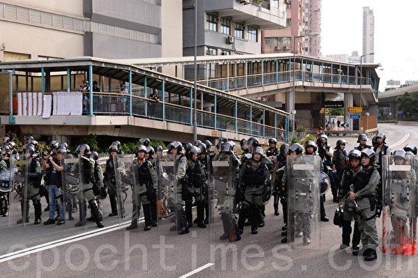 7月28日,在西環干諾道西,防暴警察和示威市民相隔約一兩百米對峙。(宋碧龍/大紀元)