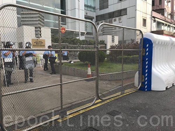 2019年7月28日,香港,大批港人在中環遮打花園的集會後,兵分多路,部份人逼近中聯辦。警方於前一日已在加中聯辦外圍加設大型水馬,以及金屬活動閘門。(蔡雯文/大紀元)