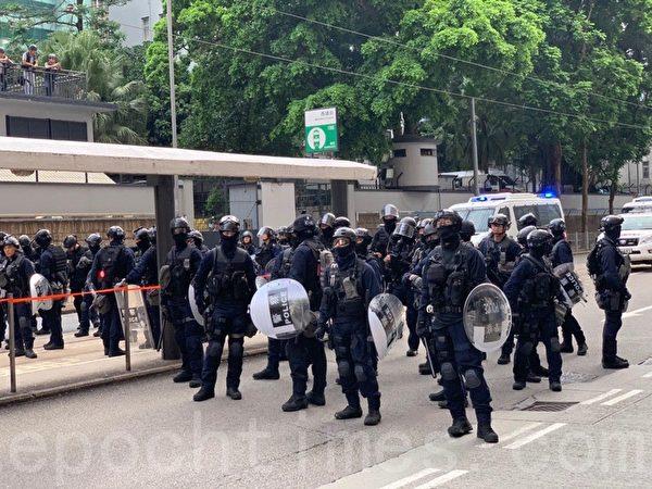 7月28日,警方「速龍小隊」到場增援。(李逸/大紀元)