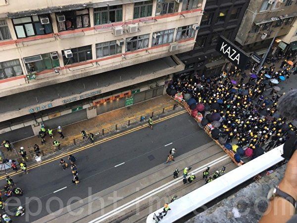 7月28日,高空所見,示威人士與警方對峙,未有將防線推前。(孫青天/大紀元)