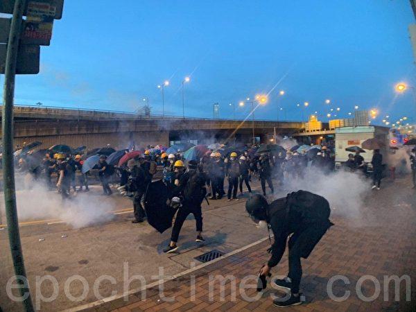 7月28日,中聯辦正門附近干諾道西,警方出示紅旗後,很快施放多枚催淚彈,一邊高速向前推進。(李逸/大紀元)