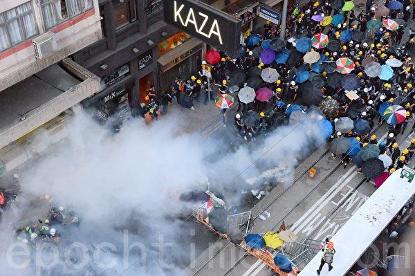 7月28日,德輔道西的防暴警察也在出示黑旗警告後,施放催淚彈。(宋碧龍/大紀元)