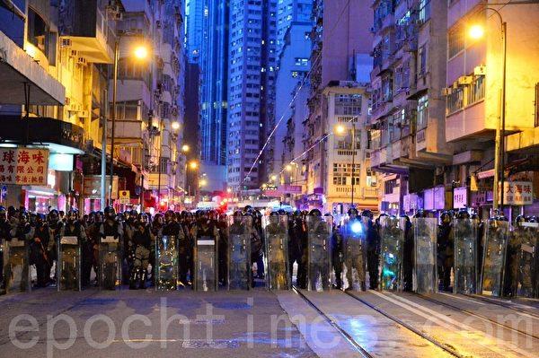 7月28日,警方在德輔道西路往前推進。(宋碧龍/大紀元)