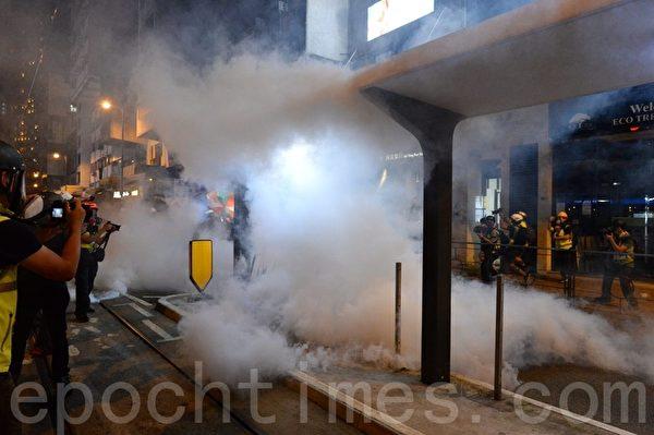 7月28日,警方在德輔道西多次施放催淚彈。(宋碧龍/大紀元)