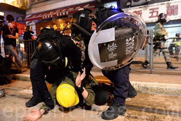 7月28日,警方速龍小隊也在8時突然衝前,警方並施放催淚彈,十多位示威者被暴力抓捕,雙手被索帶索緊。(宋碧龍/大紀元)