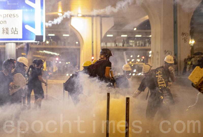 【7.28反送中組圖6】香港上環煙硝瀰漫如戰場