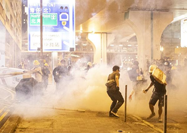 2019年7月28日,香港,市民遊行到西環,近中聯辦附近與警察對恃,其後警察頻繁發射橡膠子彈及催淚彈清場。(余鋼/大紀元)