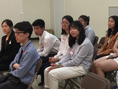史岱文森高中生邱怡琳和千禧高中生李熙(中)是参加今年暑期实习班的两名新生。