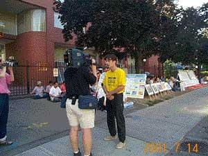 澤農在接受媒體採訪。(明慧網)