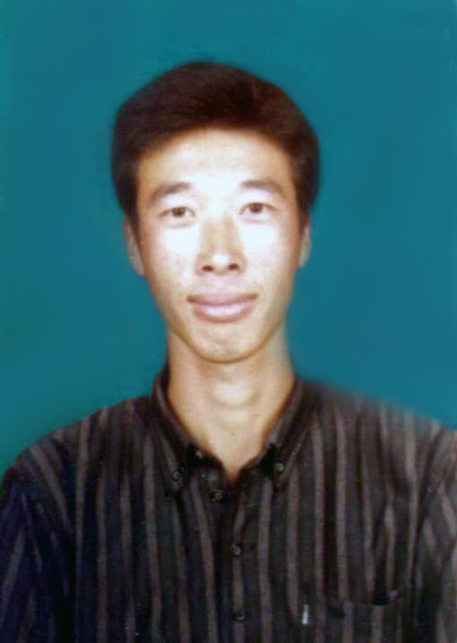 遼寧法輪功學員連平被非法判刑6年,與王欣一起被非法關押在遼陽市鏵子監獄,2004年7月10日,28歲的連平被惡警活活打死,遺體被解剖(不知是否拿走了器官)。連平生前遭獄警王建軍、李成新、鄭小豐迫害。
