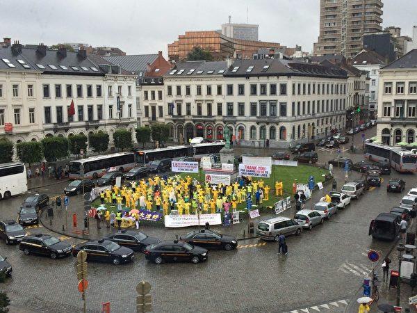 2016年7月13日,部份歐洲法輪功學員在比利時布魯塞爾歐洲議會外冒雨展示功法、講述中共活摘法輪功學員器官真相。(Eddie Aitken)