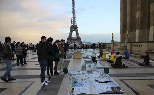 2018年12月10日,國際人權日,法國法輪功學員在巴黎人權廣場上講真相。(明慧網)